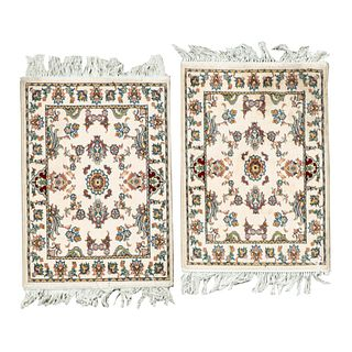 Par de tapetes pie de cama. Turquía, sXXI. Elaborados en fibras de dralón. Decorados con elementos florales y orgánicos. 72 x 50 cm