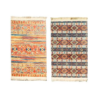Lote de 2 tapetes. Siglo XXI. Elaborados en fibras sintéticas. Decorados con elementos geométricos y florales. 80 x 50 cm
