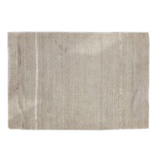 Tapete. India. Siglo XX. Marca Calvin Klein. Elaborado en fibras de lana color verde pistache. Decorado con líneas beige. 118 x 179 cm