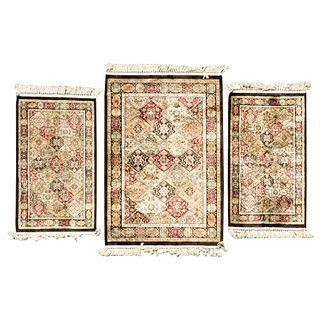 Lote de 3 tapetes. España. Siglo XX. Diferentes tamaños. Elaborados en fibras de lana. Decorados con elementos florales.