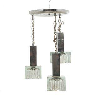 Lámpara de techo. Siglo XX. Elaborada en metal plateado. Con pantallas de vidrio con acabado pulegoso. Para 3 luces. 50 x 25 cm