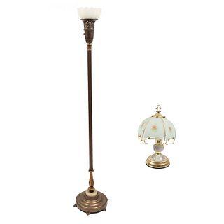 Lote de lámpara de piso y lámpara de mesa. Siglo XX. Elaboradas en metal dorado y latón. Electrificadas para una luz.