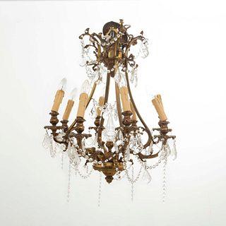 Candil. SXX En bronce dorado. Para 8 luces. Decorado con pináculo, cuentas y almendrones de cristal. 80 cm altura
