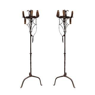 Par de lámparas de piso. Siglo XX. Diseño a manera de candelabros. Elaboradas en hierro forjado. Para 7 luces. 160 cm altura
