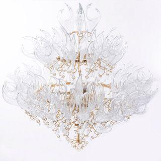 Candil. Siglo XXI. En metal dorado y cristalde Murano. Para 15 luces. Decorado con elementos flamigeros y orgánicos.