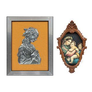 Lote de 2 obras. Siglo XX. Consta de: a) Virgen. Placa de pewter en alto relieve. Enmarcada. b)Vírgen con niño.  Impresión sobre rígido