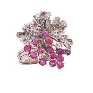 Anillo vintage con rubíes y diamantes en plata paladio. 14 rubíes corte redondo. 18 diamantes corte 8 x 8. Talla: 9. Peso: 1...