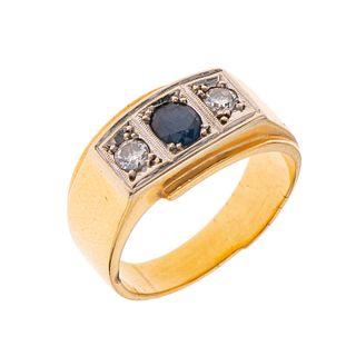 Anillo con zafiro y diamantes en oro amarillo de 16k. 1 zafiro corte oval 0.25 ct. 2 diamantes corte 8 x 8. Talla: 5. Peso:...