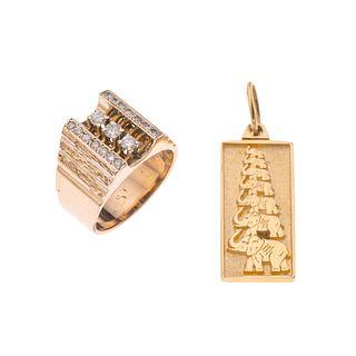 Anillo y pendiente con diamantes en oro amarillo de 14k. 17 diamantes corte diamante y 8 x 8. Diseño de elefantes. Talla: 9.<R...
