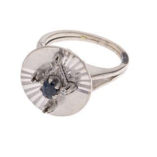 Anillo con zafiro y diamantes en plata paladio. 1 zafiro corte redondo. 2 diamantes corte redondo. Talla: 5 172. Peso: 6.0 g...
