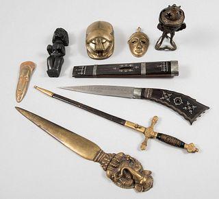 Lote mixto de 10 piezas. Diferentes orígenes y diseños. S.XX. Elaborados en metal. Consta de: cuchillo, 2 abrecartas, Otros.