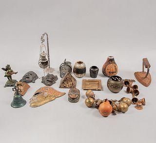 Lote mixto de 18 piezas. Diferentes orígenes y diseños. Siglo XX. Elaborados en metal y material sintético. Consta de: plancha, otros.
