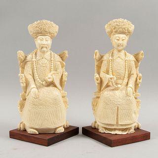 Pareja de emperadores. Origen oriental. Siglo XX. Elaborados en resina imitacion marfil. Con bases de madera.