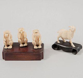 Lote de monos sabios y cabra. Origen oriental, siglo XX. Talla en marfil con bases de madera. 4 cm de altura (monos) Piezas: 2.
