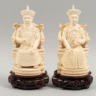 /areja imperial. China, Siglo XX. Talla en marfil con detalles en tinta negra con base de madera. 16 cm de altura