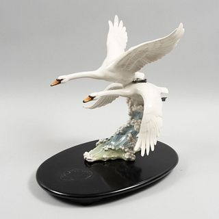 Cisnes. Alemania. Siglo XX. Elaborados en porcelana. Marca Hutschenreuther. Acabado brillante. Con base a manera de olas.