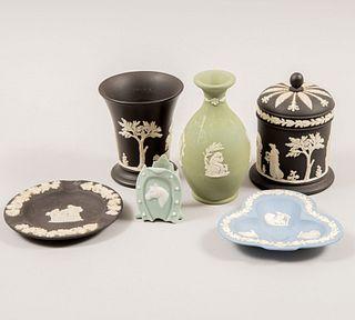 Lote de 6 piezas. Inglaterra. SXX. Elaboradas en porcelana, 5 Wedgwood. Consta de: violetero, florero, alhajero, Otros.