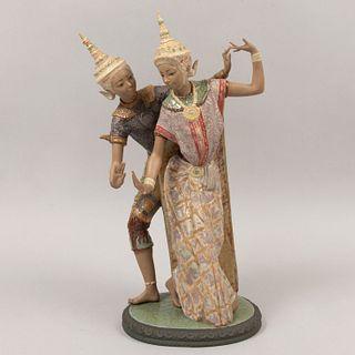 Pareja de bailarines tailandeses. España. Siglo XX. Diseño por Vicente Martínez. Elaborados en porcelana Lladró. 52 cm altura