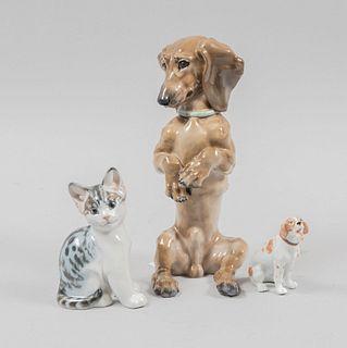 Lote de 3 piezas decorativas. Alemania. Siglo XX. Elaborados en porcelana, 2 Eschenbach. Consta de: 2 perros y gato.