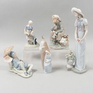 Lote de 5 piezas. España. Siglo XX. Elaborados en porcelana, una NAO y 3 Lladró. Consta de: sagrada familia, dama con flores, Otros.