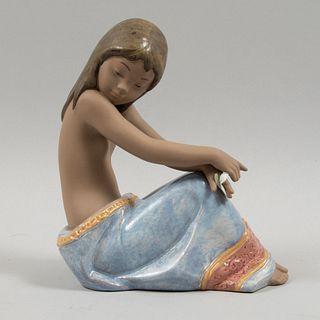 Niña. España. 1997. Elaborada en porcelana Lladró. Acabado gres y brillante. 19 cm de altura.