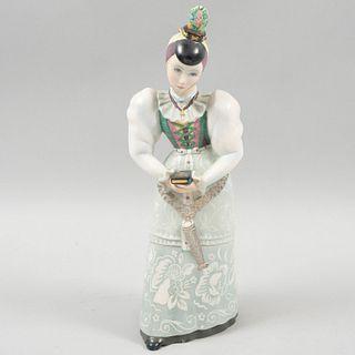 Dama. Italia. Siglo XX. Firmada Fenci. Elaborada en cerámica policromada. 42 cm de altura.