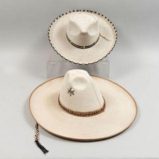 Lote de 2 sombreros de faena. México. Siglo XX. Elaborados en palma tejida. Decorados con toquilla.