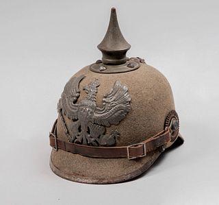 Feld Pickelhaube. Alemania, Ca. 1910. Elaborado en cuero hervido, paño, pincho removible y aplicaciones de metal.