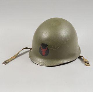 Casco de la Segunda Guerra Mundial de infantería estadounidense M1. Ca. 1940. Troquel de acero, barbiquejo y liner de tela.