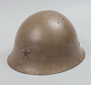 Casco de la Segunda Guerra Mundial del Ejército Imperial Japonés Tipo 90. Ca. 1940. Troquel de acero, barbiquejo y liner de tela.