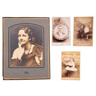 Lote de 4 fotografías. Sin enmarcar. Consta de: a) A. COUTURIER Retrato de caballero Plata sobre gelatina. Otros.