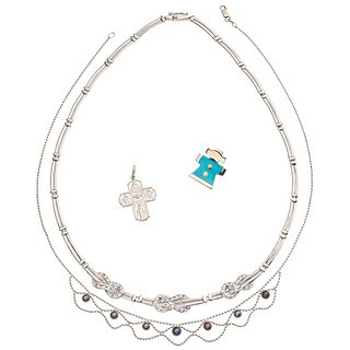 TWO CHOKERS, PENDANT AND CROSS WITH SYNTHETIC PEARLS, RESIN AND SIMULANTS IN 14K WHITE GOLD Weight: 29.6 g
