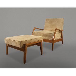 Sillón lounge con taburete en cedro rojo con tapicería de gamuza beige / Suede and oak wood armchair with ottoman