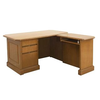 """Escritorio en """"L"""". SXX. Talla de madera. Con cubiertas rectangulares, vano lateral, 3 cajones y soporte tipo zócalo. 74 x 142 x 155 cm"""