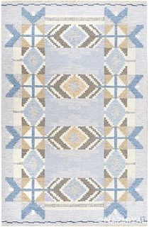 VINTAGE SWEDISH FLATWOVEN RUG DESIGNED BY INGEGARD SILOW, SIGNED 'IS'. 6 ft 10 in x 4 ft 7 in ( 2.08 m x 1.4 m).