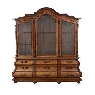 Vitrina. SXX. En madera tallada y enchapada de raíz. A 2 cuerpos. Con 3 puertas abatibles con cristal y 9 cajones. 209 x 190 x 51 cm