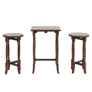 Juego de 3 mesas modulares. SXX. Elaboradas en madera. Consta de: Mesa auxiliar. Cubierta cuadrangular. Otras.