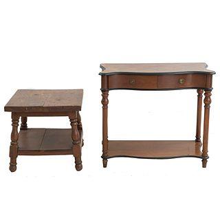 Lote de 2 piezas. SXX. En talla de madera. Consta de: Mesa consola y mesa lateral. 80 x 90 x 42 cm (mayor)