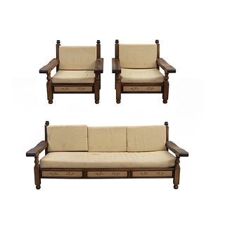 Sala. SXX. Elaborada en madera entintada. Marca Alejandro Rangel Hidalgo. Consta de: Sofá de 3 plazas y par de sillones. Pzs: 3