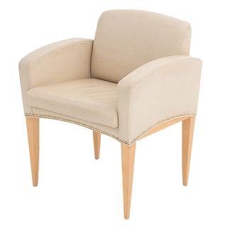 Sillón. Estados Unidos. SXXI. Marca Davis Furniture. Estructura de madera. Con respaldo cerrado y asiento en tapicería.