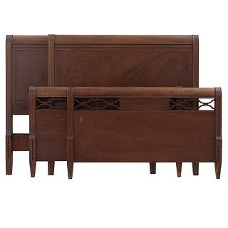 Par de camas individuales. SXX. Elaboradas en madera. Con cabeceras y pieceras. Decoradas con elementos calados.