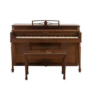 Piano vertical. Estados Unidos. SXX. Talla en madera. Marca Winter Company. No. Serie 260037. Con atril y banco.