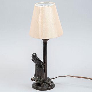 Lámpara de mesa. SXX. Elaborada en metal y bronce. Con pantalla de tela color beige. Electrificada para 1 luz.