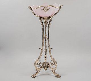 Lámpara de mesa. SXX. Elaborada en metal plateado. Electrificada para 6 luces. Con pantalla de vidrio color rosado. 71 x 30 cm Ø