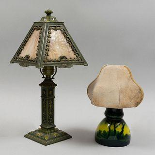 Lote de 2 lámparas de mesa. Siglo XX. Estilo Art Nouveau. Elaboradas en metal, vidrio y una con fuste de cristal tipo camafeo.