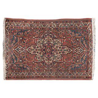 Tapete. Siglo XX. Elaborado en fibras de lana y algodón. Decorado con medallón central, elementos florales y orgánicos. 99 x 134 cm