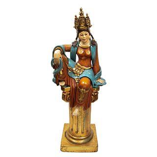 Balinesa. Siglo XX. Talla en madera policromada. Con pedestal de resina dorada y cubierta de espejo biselado. 136 cm altura....
