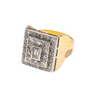 Anillo con diamantes en oro amarillo de 18k. 26 diamantes corte 8 x 8 y 1 diamante corte baguette. Talla: 6. Peso: 9.1 g.