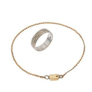 Argolla y pulsera en oro blanco y amarillo de 10k y 14k. Diseño acanalado. Talla: 5. Peso: 3.6 g.