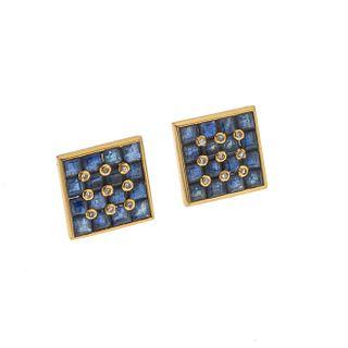 Par de broqueles con zafiros y diamantes en oro amarillo de 14k. Peso: 5.2 g. Faltos de contras.